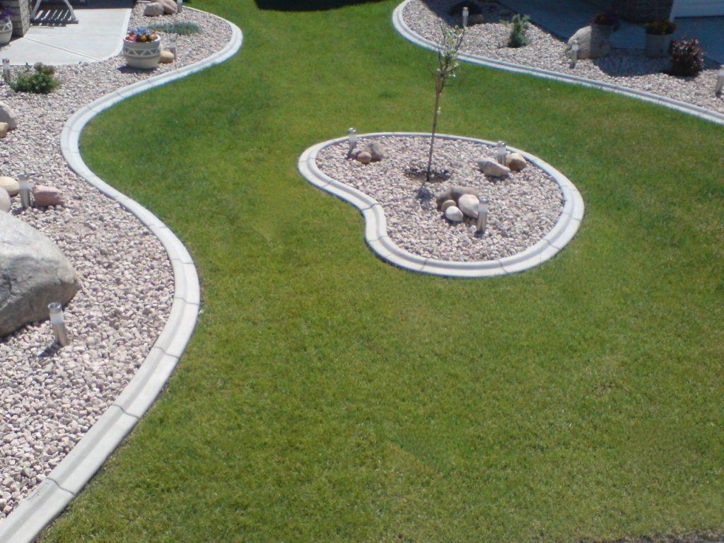 nice cooperative design front yard between neighbours