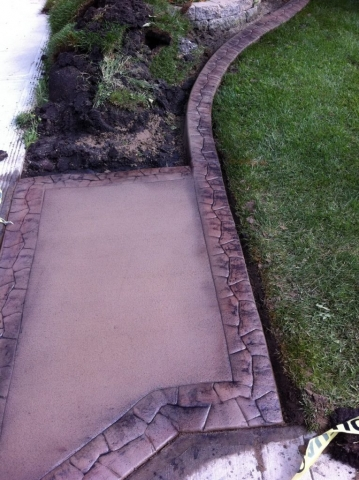 The border continues right off the slab. Nice!